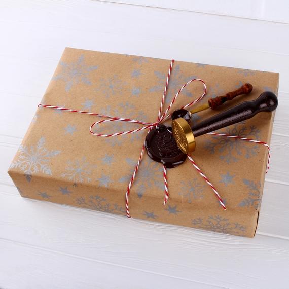 Крафт-бумага со снежинками, декоративный шнур, сургучная печать